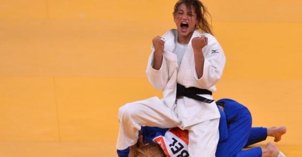 sarah-menezes-comemora-vitoria-sobre-a-belga-charline-van-snick-nas-semifinais-do-judo-ate-48-kg-1343483393992_956x500